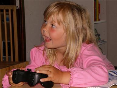 Jenni min mellersta tjej spelar på PS3an.