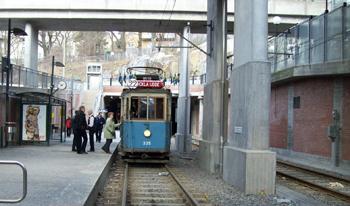 Bilden: Spårvagnen står en bit bort vid perrongen