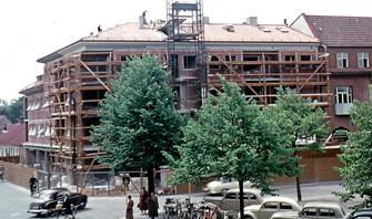 Järnvägsgatan 1 och 3 i Ängelholm. Det nya huset byggs