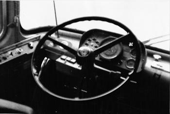 För skärmläsare: Bild på ratt och olika visare och instrument