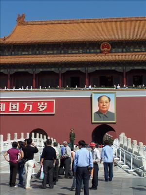 Privat bild. Klassisk bild tagen utanför Förbjudna Staden med Mao Zedong på stort porträtt vid entrén.