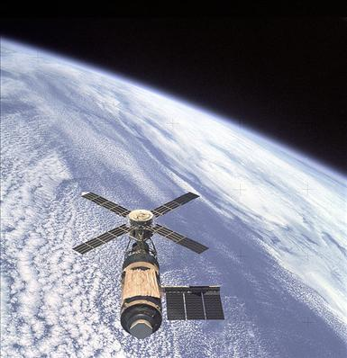 579px-Skylab_and_Earth_Limb_-_GPN-2000-001055.jpg