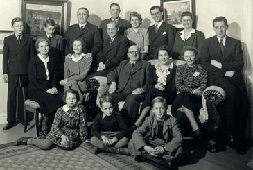 Gotthard Ellerstrand omgiven av sina barn och deras familjer