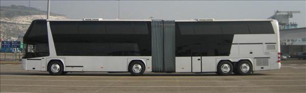 Ledad dubbeldäckad turistbuss med fyra axlar från