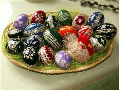 800px-Easter_eggs_-_straw_decoration.jpg