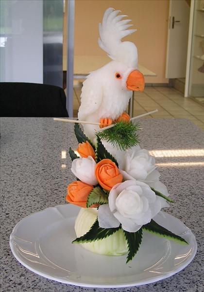 Bild av en fågel skulpterad av olika rot- och grönsaker