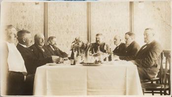 Herrar runt bord