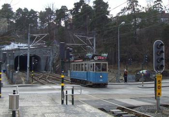 Bilden: Spårvagnen från 1924 passerar sista korsningen innan station Alvik