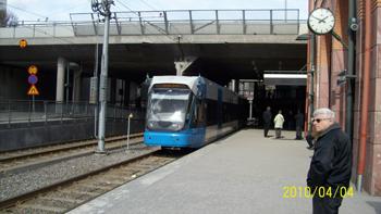 Bilden: Tvärbanans spårvagn står vid perrongen i Alvik