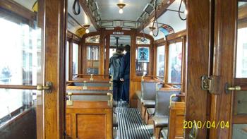 Bilden: Interiören i spårvagnen. Det mesta går i brun färg