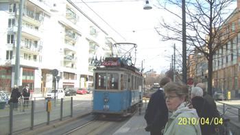 Bilden: Spårvagnen tar ombord passagerare