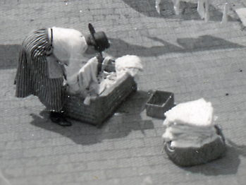 Kvinna hänger tvätt