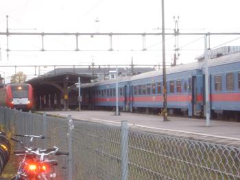 Delar av spårområdet på Uppsala C. Till vänster ett Upptåg på spår 0, till höger ett SJ-tåg på spår 1