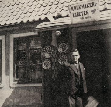 Keramiker Gustaf Schér utanför sin butik i Ängelholm.