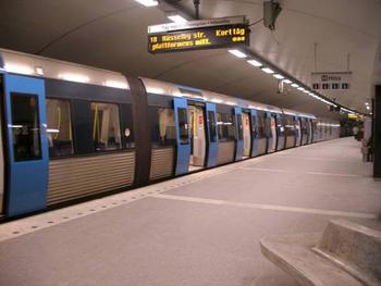 Bilden: Ett modernare tåg stående vid perrongen på T-centralen.