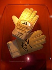 280px-Football-gloves_Oliver_Kahn.jpg