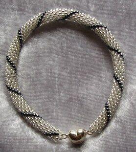 Att virka med pärlor - Hur gör man  - Smyckestillverkning iFokus 4808212f5667f