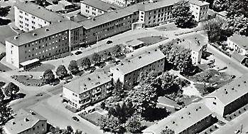 Del av vykort - flygbild över lasarettet och husen mittemot