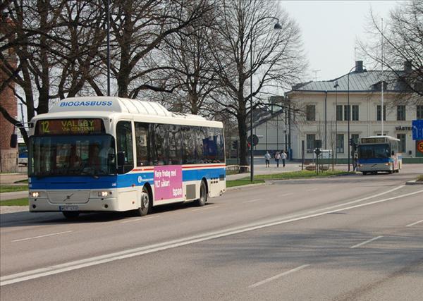 Biogasdriven  Volvo 8500 LE (B10BLE) hos VL i Västerås. Bakom syns en äldre Volvo B10BLE Säffle.