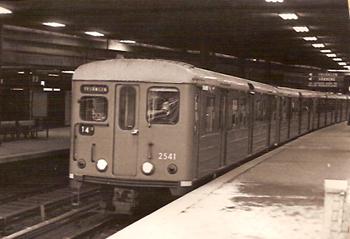 Bilden: Ett av de gröna äldre tunnelbanetågen.