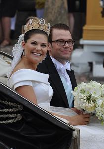 Kronprinsessan Viktoria och prins Daniel i kortege efter giftemålet