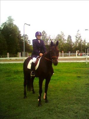Emelie och Lina redo för tävling.jpg